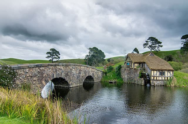 640px-Hobbiton_mill_and_double-arched_bridge