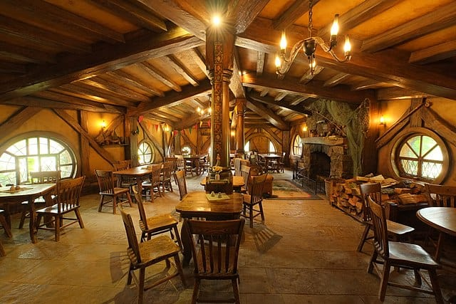 640px-Inside_The_Green_Dragon_inn_hobbiton