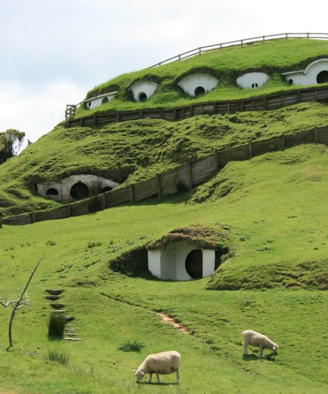 Colina_de_Hobbiton-little-hobbit-houses