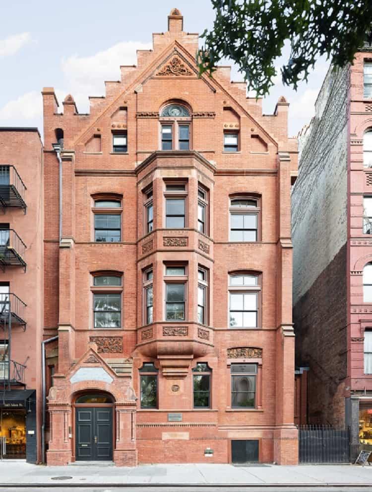anne hathaway's apartment in modern love