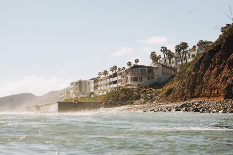 10 Celebrities Who Live in Malibu | FPH