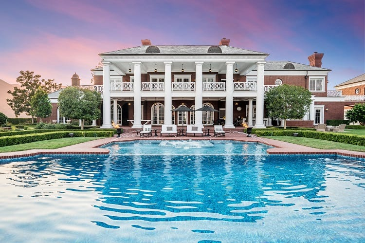 Wayne Gretzky's house in California: pool and outdoor areaa