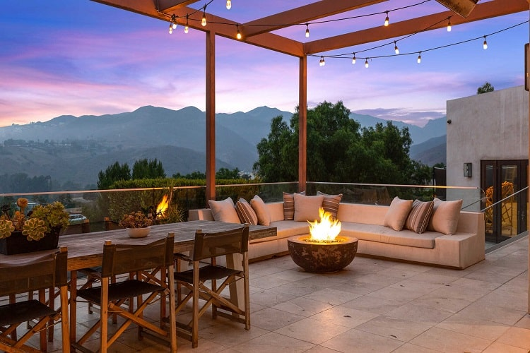 Terrace and outdoor entertaining area in the former house of the Hemsworth brothers in Malibu, CA